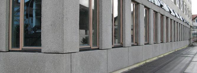 Landratsamt, Garmisch-Partenkirchen. Besonderheit: Fassadenplatten mit gestockter Oberfläche