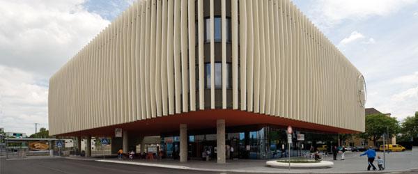 Nordbahnhof, Ingolstadt. Besonderheit: Gelb eingefärbter Beton mit Travertinstruktur